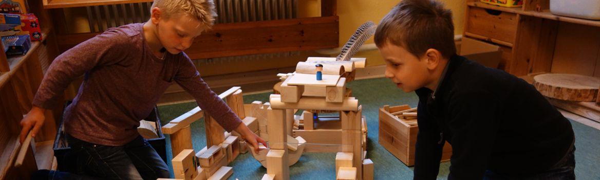 Spielen mit Bauklötzen in der Kinderstube Brekendorf