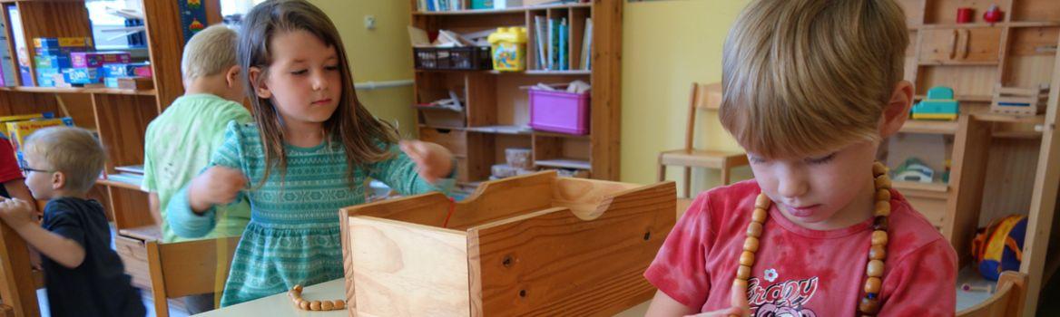 Perlen aufziehen in der Kinderstube Brekendorf