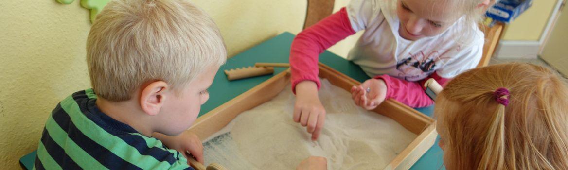 Mit Sand spielen in der Kinderstube Brekendorf